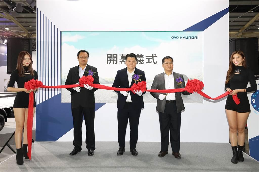 南陽實業副總詹醒昇(中)表示:HYUNDAI現代商車布局新經銷體系,導入全新重車。
