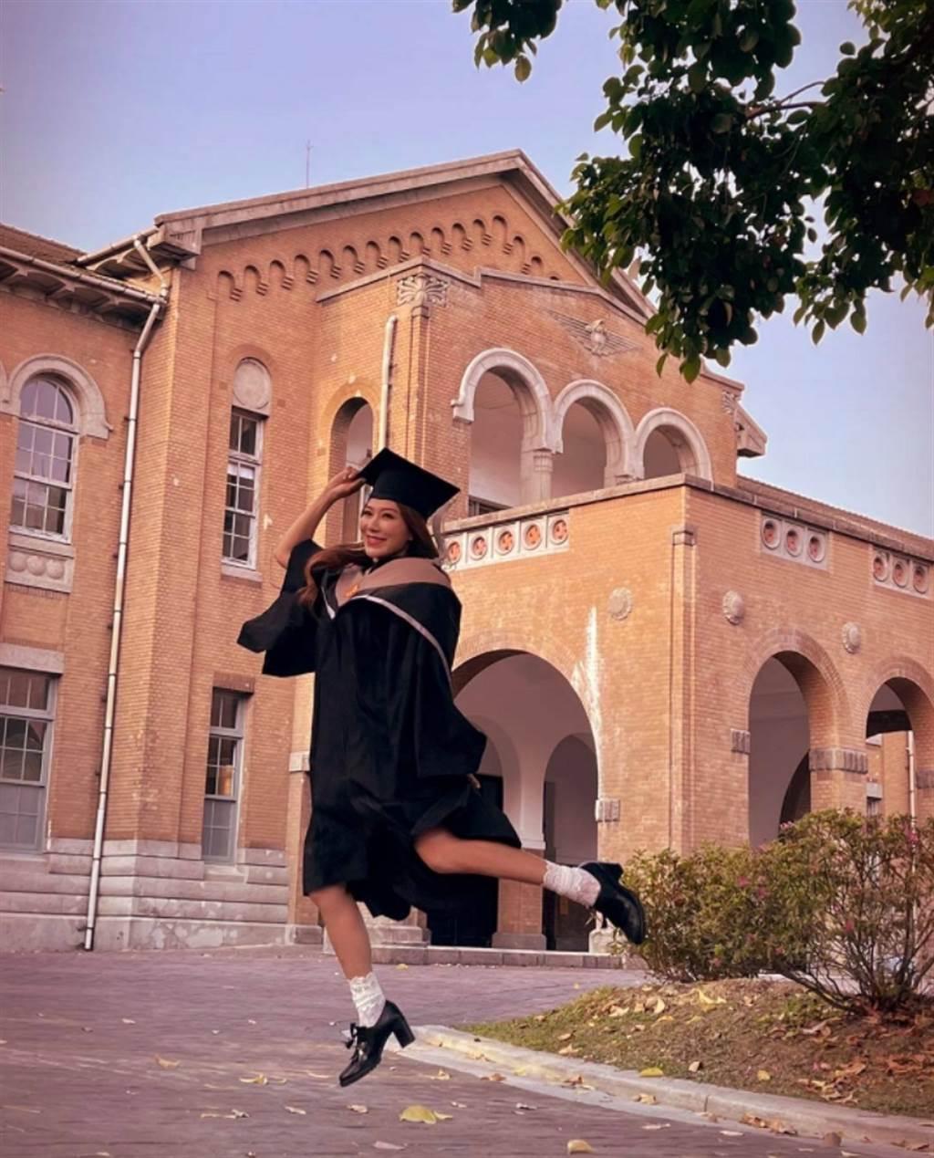 佩甄日前分享青春洋溢畢業照,被網友讚爆「藝人好榜樣」。(圖/ 摘自佩甄臉書)