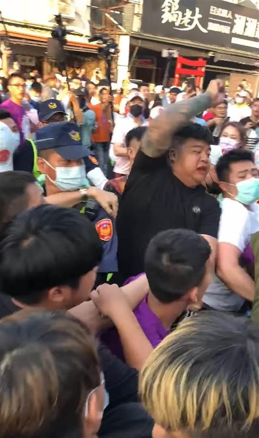 大甲媽遶境活動,15日傍晚5時在北斗市區爆發激烈推擠與肢體衝突。(摘自臉書/謝瓊雲彰化傳真)