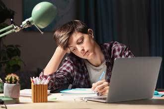 15歲少年拒絕讀書 被爸拖去工地操4天崩潰求饒