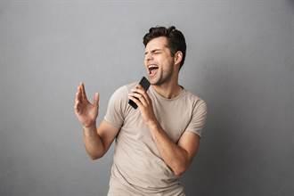 男唱兒歌大走音 阿伯秒遞一千元求下台 網嗨:滿滿的商機
