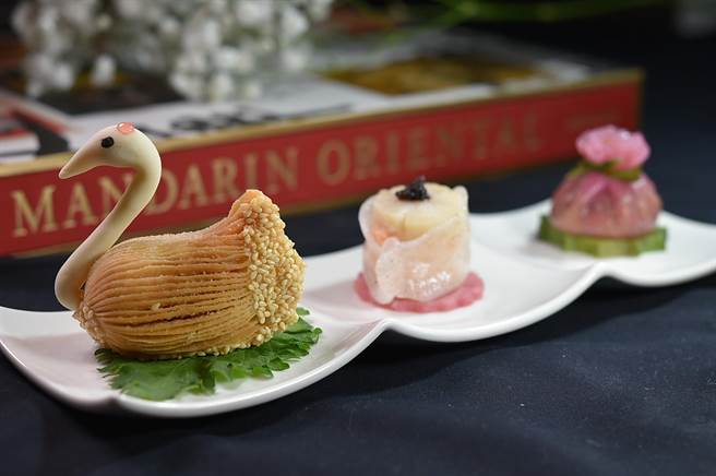 文華東方酒店〈雅閣〉新港點〈天鵝叉燒酥〉,必須以精緻手工製作。(圖/姚舜)