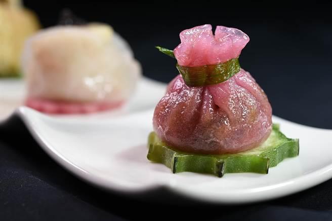 〈火鴨石榴球〉的麵皮是用甜菜根汁染色,內餡是用燒鴨、香菇、豆薯、蝦米、蝦肉與香菜炒製,是〈雅閣〉新推出的港點。(圖/姚舜)