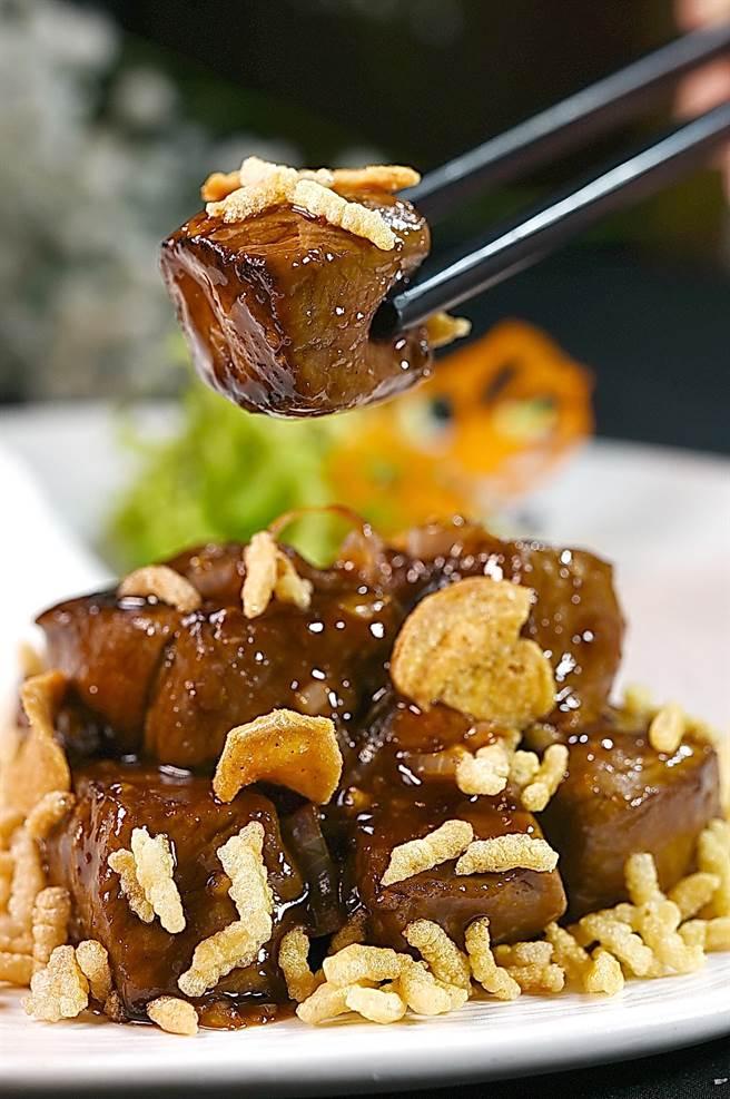 〈蒜片和牛牛柳粒〉是用澳洲和牛菲力部位炒製,所以不會太油而膩口,張國邦並搭配炸脆米增加口感。(圖/姚舜)