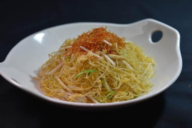 張國邦炒製的〈桂花金絲米粉〉,是用蔥油以小火慢炒,粉絲金黃透亮、乾鬆爽口,展現一流炒功。(圖/姚舜)