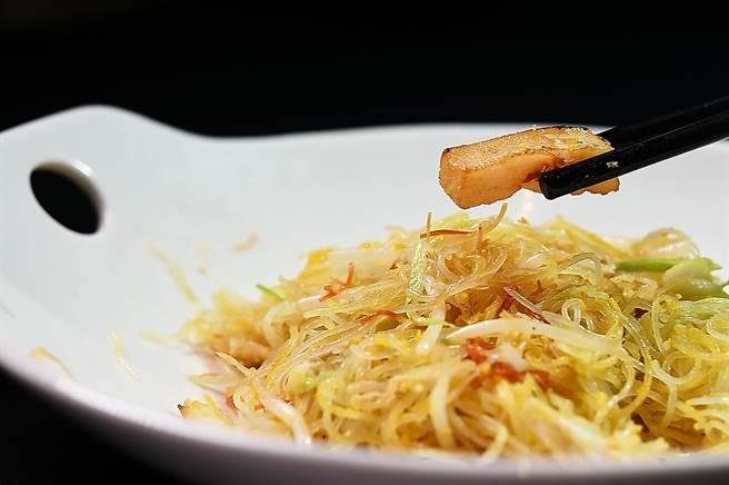 〈桂花金絲米粉〉除米粉外,有蟹肉和用熱油「滾」過的干貝,海味全都融入到金黃米粉中。(圖/姚舜)