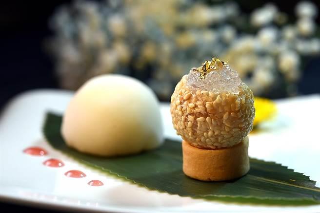 〈雅閣〉新甜點右為〈燕窩芝麻球〉,左為用糯米與牛奶製的「冰皮」,包入草莓與芒果作餡的〈鮮果雪媚娘〉。(圖/姚舜)