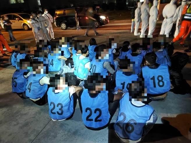 海巡署高雄查緝隊在高雄外海約7浬處逮捕一艘漁船,載運9女17男共26名越南籍偷渡犯。(海巡署高雄查緝隊提供/林瑞益高雄傳真)