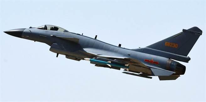 殲-10C是中方自製的第3代改進型超音速多用途戰機,圖為殲-10C進行戰鬥值班任務的資料照。(新華社)