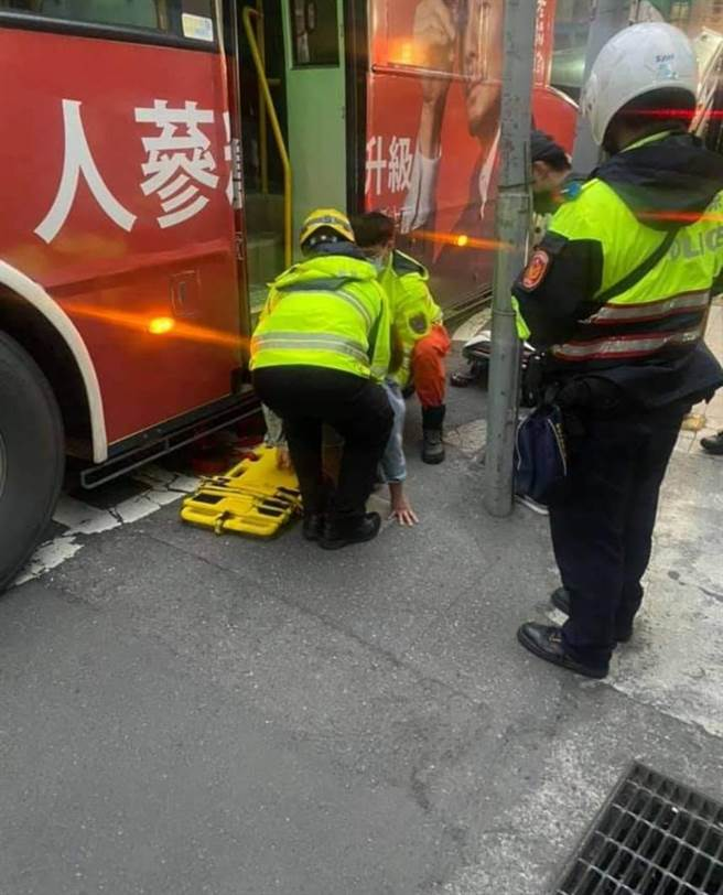女乘客被公車車門夾住,所幸傷勢不重。(翻攝自臉書「我是新店人」)