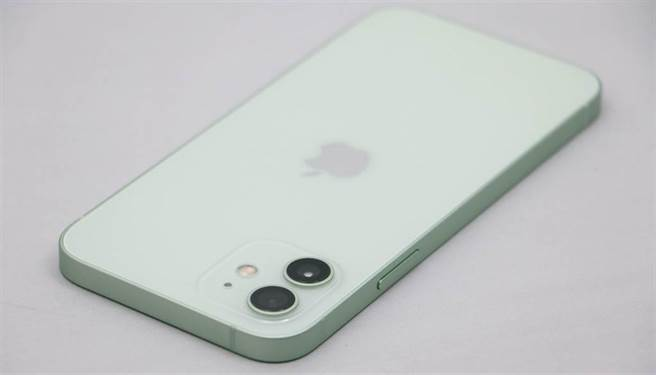 對比iPhone 12實拍圖,可以發現曝光的iPhone 13渲染圖在主相機位置有明顯不同 。(黃慧雯攝)