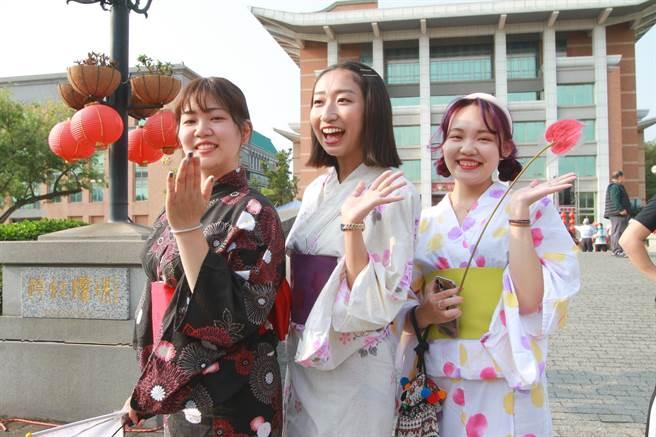 明道大學日籍外籍生穿上傳統浴衣迎媽祖,成為嬌點。(謝瓊雲攝)