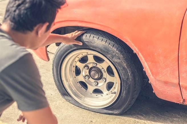 菲律賓男車主開車一半突然發現輪胎不對勁,下車一看驚覺一副假牙插在輪胎上。(示意圖/達志影像)