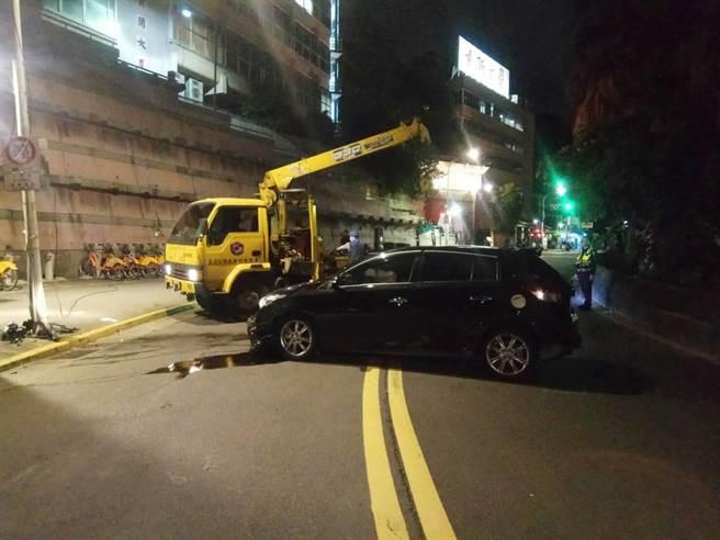 男子在世新大学附近酒驾撞上电线杆。(警方提供,文:陈鸿伟)