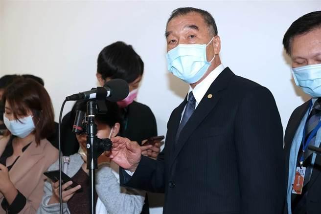 國防部長邱國正(右二)15日赴立法院報告並備質詢。(黃世麒攝)