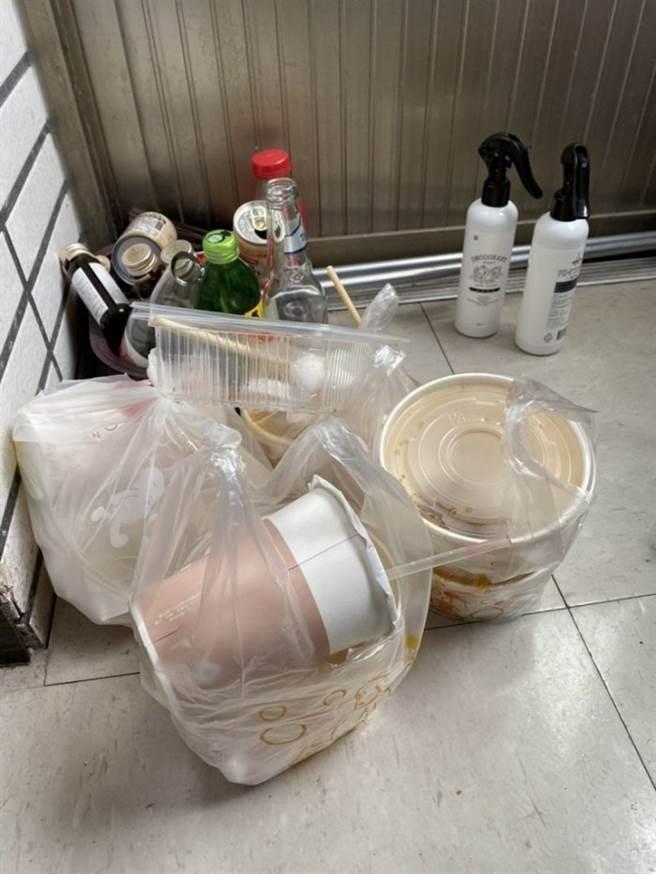 吃完的餐盒也不清洗、回收,堆积至5袋以上,才会将其丢弃。(图/翻摄自Dcard)