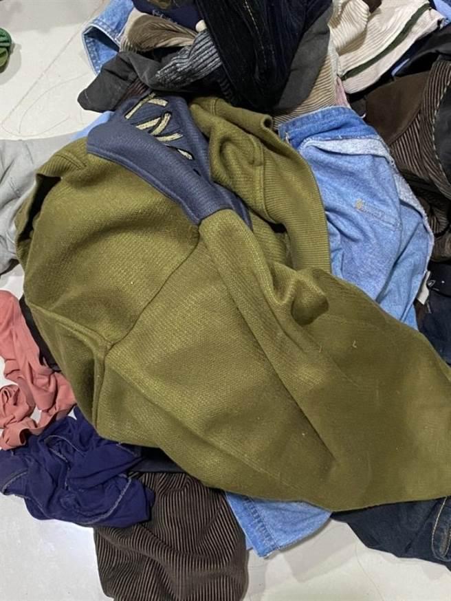 乾净与穿过的衣物皆堆在一起,令原PO相当崩溃。(图/翻摄自Dcard)