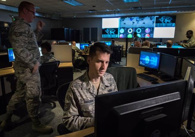 FBI承認,目前針對中國大陸的調查案已逾2,000起,平均每10小時就新增一起調查案,近年成長率更達1,300%;其中,中國大陸在網路等新興科技的發展,更形成美方的重大威脅。圖為美空軍國民兵監控網路威脅。(圖/DVIDS)
