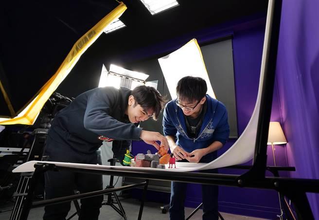 龍華科大數位內容中心建置嶄新的數位學習場域,引領學子用創意玩出專業。(校方提供)
