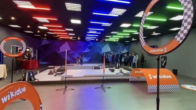 數位內容中心打造智慧機器人科技訓練場地,設置國際標準機器人競賽賽場。(校方提供)