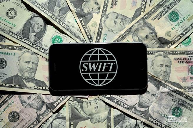 發行償還邏輯關係為:美聯儲買國債發出美元,財政超幣值購買公眾的商品,公眾也超幣值購買政府服務,最後貨幣償還消失。SWIFT覆蓋200多個國家的11000多家會員機構,是這些國家結算系統的聯結機制。圖/路透