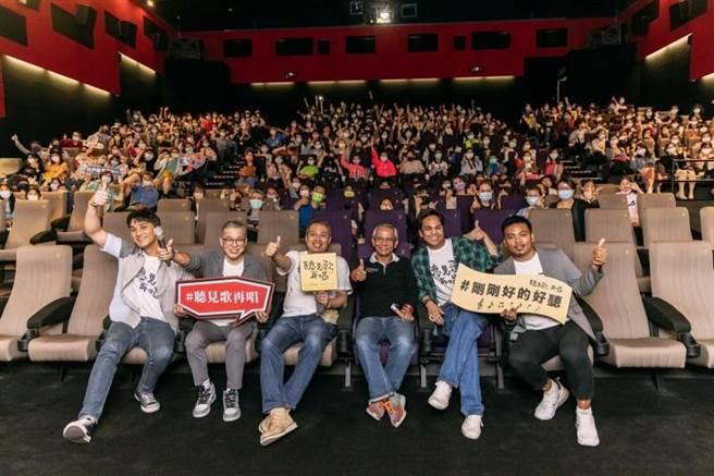 《聽見歌 再唱》劇組昨赴台中舉行首映會。(華納兄弟提供)