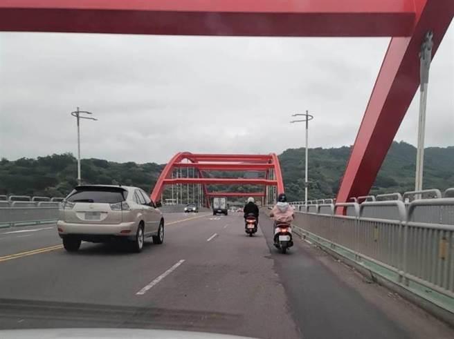 銜接新北、台北交通的關渡大橋,是汽機車共用的重要橋梁,橋面近期出現多處補丁,造成多位騎士受傷(陳偉杰提供/戴上容新北傳真)
