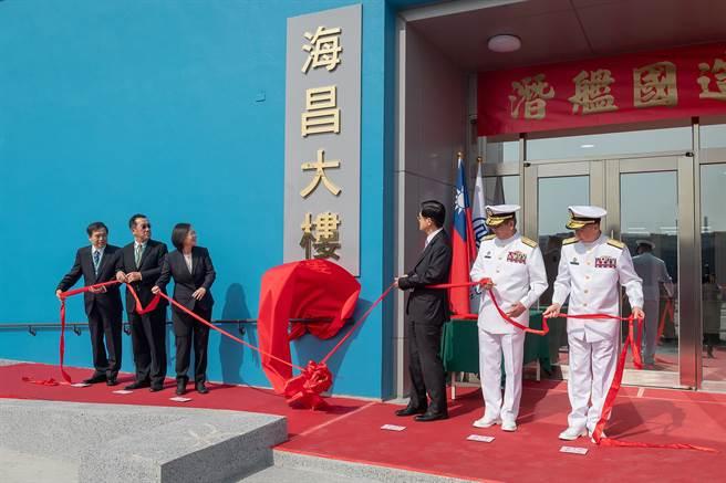 潛艦國造開工典禮2020年11月24日於高雄台灣國際造船公司舉行,由蔡英文總統(左3)、國防部長嚴德發(右3)、國安會秘書長顧立雄(左2)、台船董事長鄭文隆(左)主持。(總統府提供)