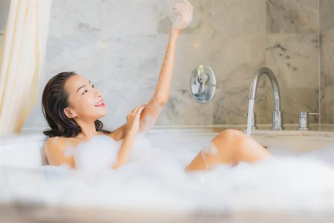 一名網友分享,好友住在限水地區,但日前卻傳來泡澡照片,原先想罵他浪費水,但看到照片後卻默默不語,直說應該沒人敢罵他了。(達志影像/示意圖非當事人)