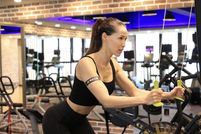 健身工廠企業總部打造2層樓健身房給員工使用,代言人Akemi示範器材。(健工提供)