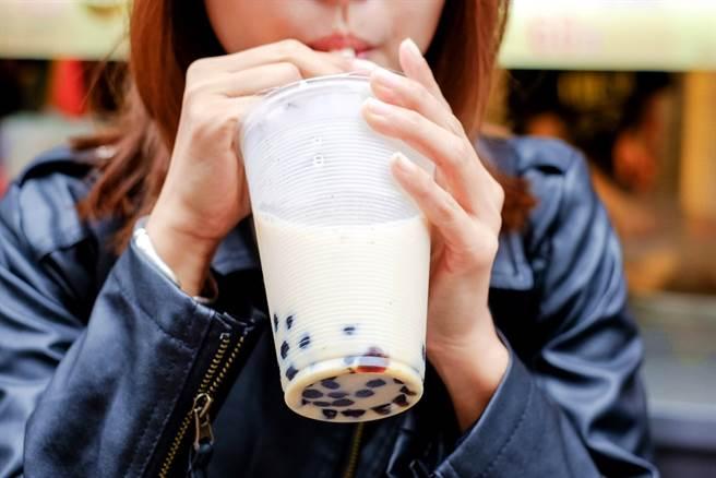 由於物流作物延誤、堵塞,製作珍珠、粉圓的樹薯粉原料供應不及,全美「波霸」大缺貨,預期最快接下來幾周內,美國人恐買不到珍珠奶茶。(示意圖/shutterstock)