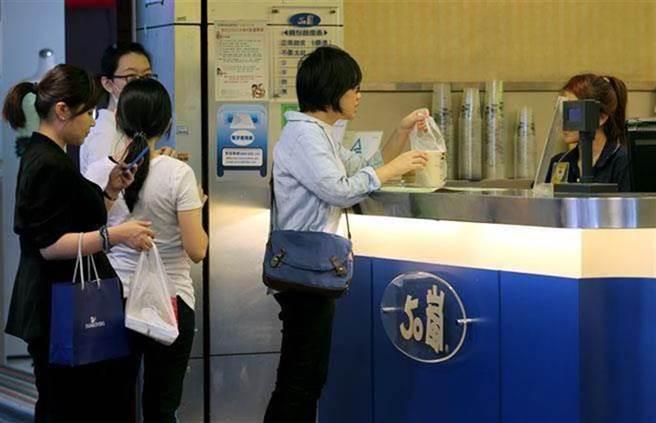 一名女大生表示,日前她到50嵐想購買烏龍系列飲品,卻被告知因為限水緣故暫時停賣。(示意圖非當事店家/報系資料照,黃世麒攝)