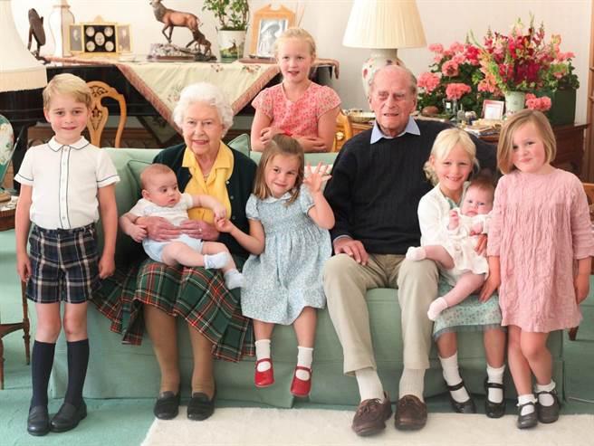 英國王室釋出一張從未對外公開過的溫馨「曾孫滿堂」大合照,紀念菲立普親王。(圖/The Royal Family推特)