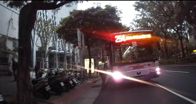 警方尾隨公車,最後順利在車上尋獲老翁的遺失物。(翻攝照片/林郁平台北傳真)