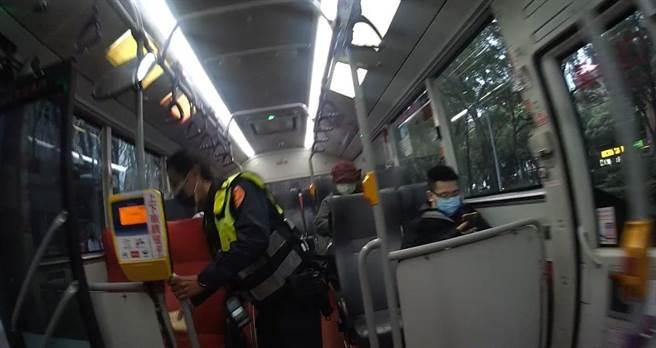 員警上公車幫忙找回老翁的護具。(翻攝照片/林郁平台北傳真)