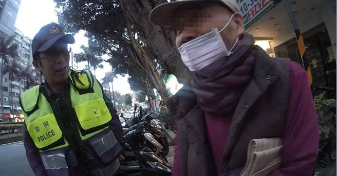 員警提醒老翁,切勿於車道上追趕車輛,避免發生意外事故。(翻攝照片/林郁平台北傳真)