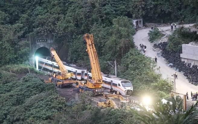 台鐵太魯閣號發生重大事故後,許多聲音呼籲台鐵必須組織改革,其中以「公司化」的聲浪最高。(圖/本報系資料照)