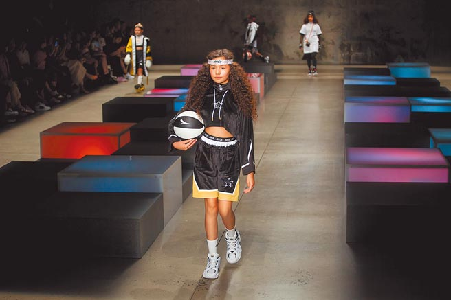 大陸掀抵制拒用新疆棉的外國品牌,不少大陸民眾買爆自己的安踏、李寧等體育品牌。圖為安踏在紐約裝的發表會。(新華社)