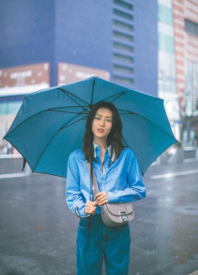 劉雯在雨中拿著Moynat Flori斑鳩灰新包顯得詩意。13萬9000元。(Moynat提供)
