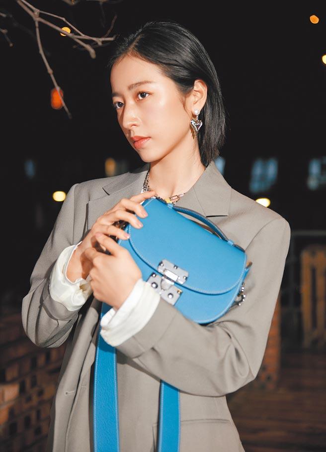 周雨彤以灰色套裝與Flori天空藍做搭配。(Moynat提供)