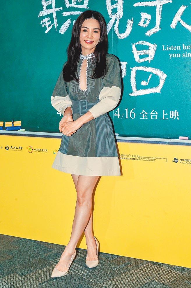 Ella搶先穿CHLOE墨綠色異材質拼接短洋裝,大挖胸設計相當搶鏡,洋裝8萬1000元。(資料照片)