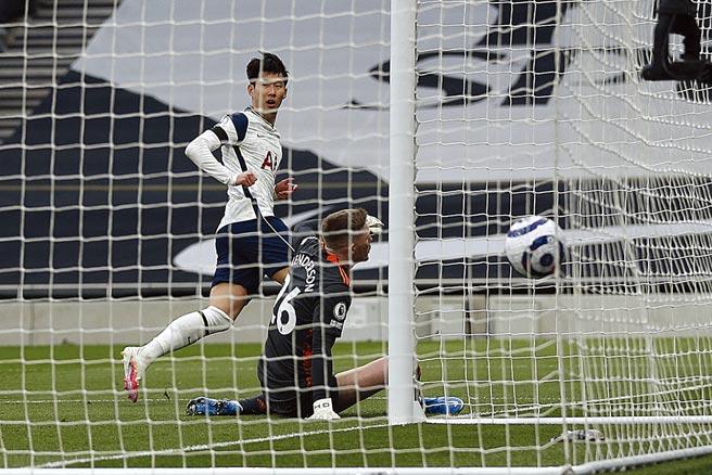 熱刺韓籍射手孫興慜(左)在英超聯賽對曼聯挨了一巴掌倒地,引發兩隊口水大戰。(美聯社)