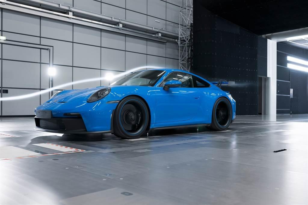 作為首款搭載懸吊式尾翼的保時捷量產車款,911 GT3在空氣動力學技術方面的進步特別顯著。
