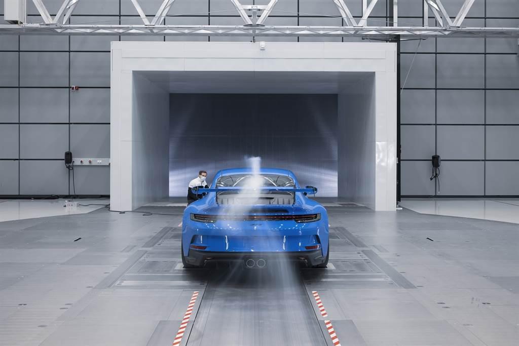 全新911 GT3尾翼攻角有四款不同的位置設定,前擾流也同樣有四個不同的位置設定。