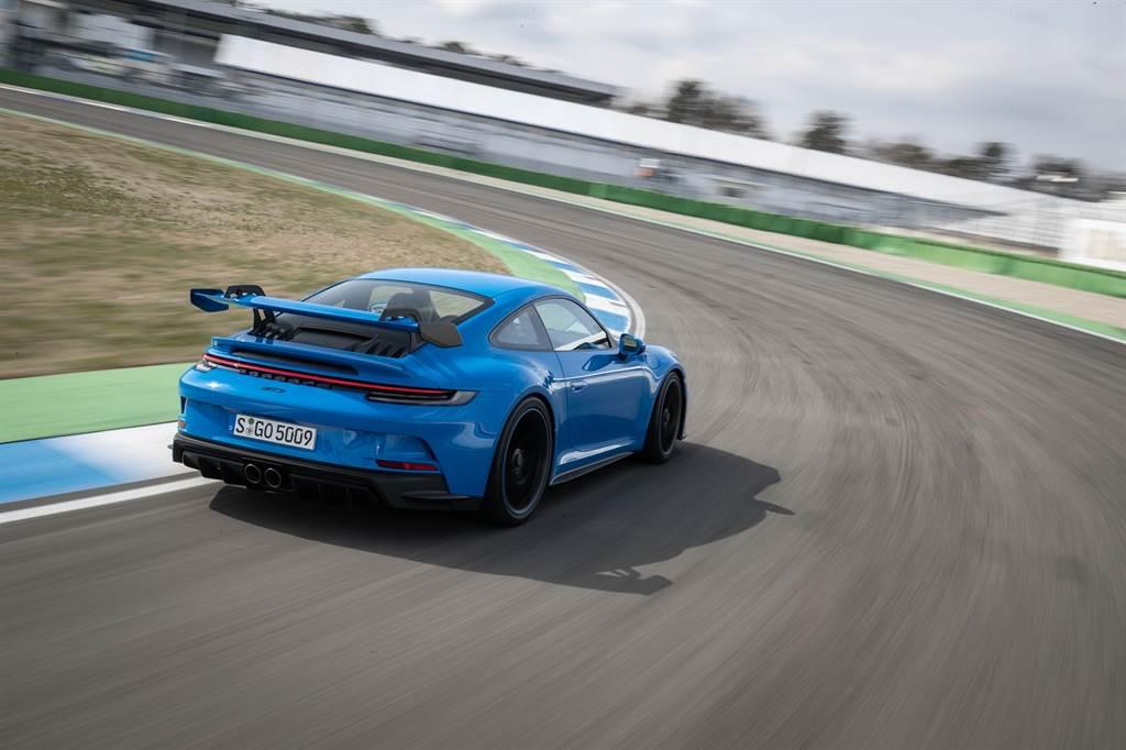 在義大利Nardo 環狀測試賽道上,911 GT3四升六缸水平對臥引擎穩定地以300km/h速度持續行駛。