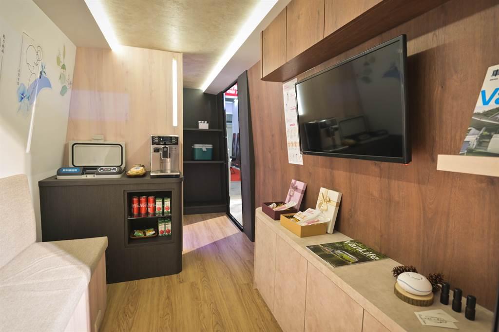 Crafter新世代健康行動車以長4,051mm、寬1,832mm的後艙空間設計出沙發等候區以及自助檢驗室兩大空間。