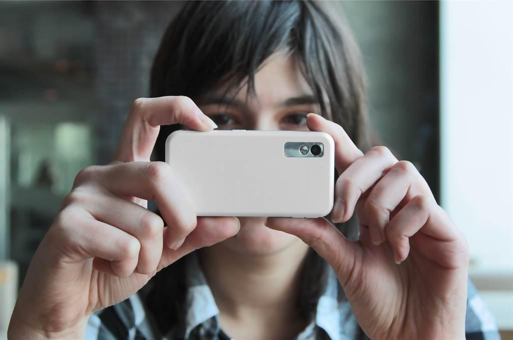 不少18歲左右的年輕人根本未使用過相機,因此與18歲以上的人用手機拍照的拿法不同。(示意圖/達志影像)