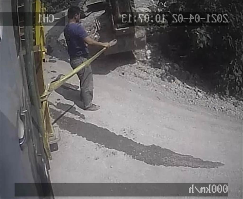 李义祥发现工程车卡在树丛后,未即时通报专业单位协调卡车,径自用吊带綑绑在怪手与工程车之间。(图/花莲地检署提供)