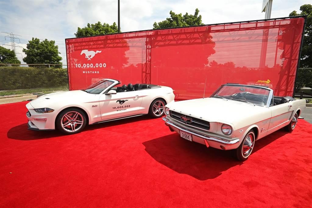 在2018年Mustang達到1000萬輛生產的里程碑,圖為第1000萬輛Ford Mustang與1964年生產、編號VIN001的第一輛Ford Mustang,兩者皆為白色敞篷車型。