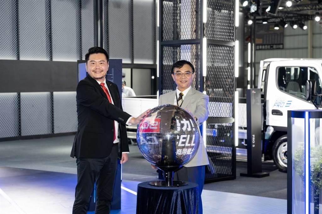 DTAT執行長王立山(左)表示:「為展現FUSO對台灣顧客的高度重視,我們積極與總部爭取台灣成為eCANTER F-CELL海外展示首站,預期新能源氫燃料成本會持續降低,肯定成為下一世代的市場主流商品,期望將最新技術展示予我們的頭家」。
